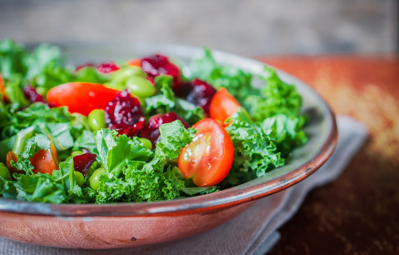 Grünkohl Salat mit Avocado und getrockneten Cranberries
