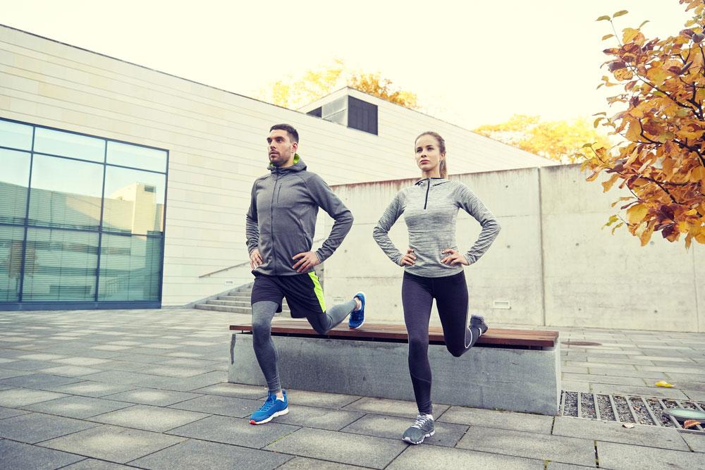 5 Workouts an der frischen Luft: Kniebeugen an der Parkbank