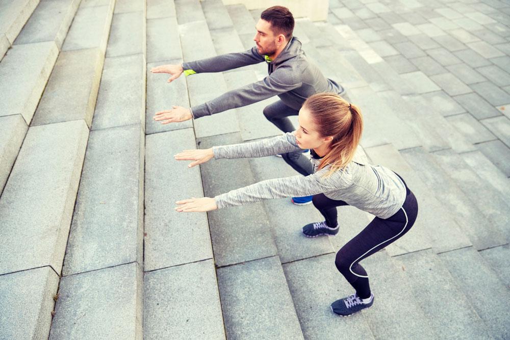 5 Workouts an der frischen Luft: Squats auf der Treppe, Kniebeugen, Bikinifigur