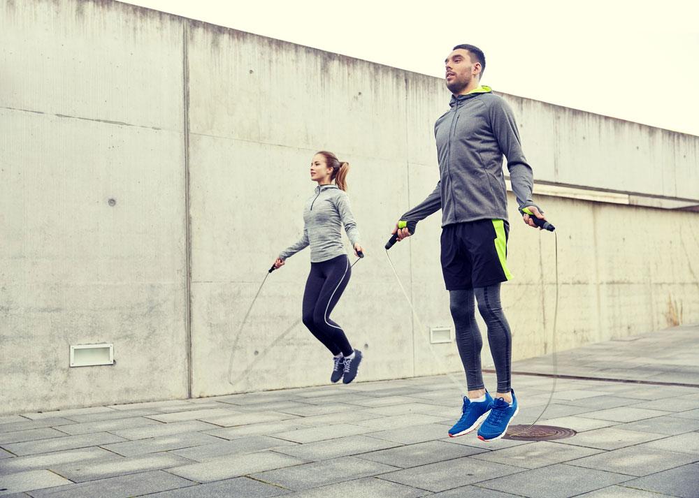 5 Workouts an der frischen Luft: Seilspringen in verschiedenen Varianten