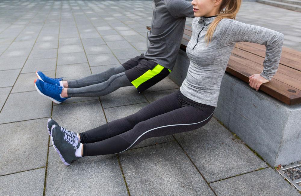 5 Workouts an der frischen Luft, Squats auf der Parkbank