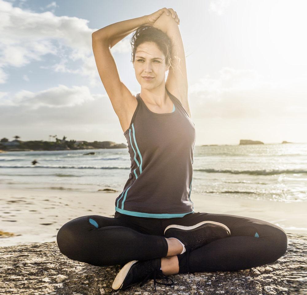 Dehnen der Schultermuskulatur, Stretching Übungen, Stretching am Strand, Dehnübung, tri.balance