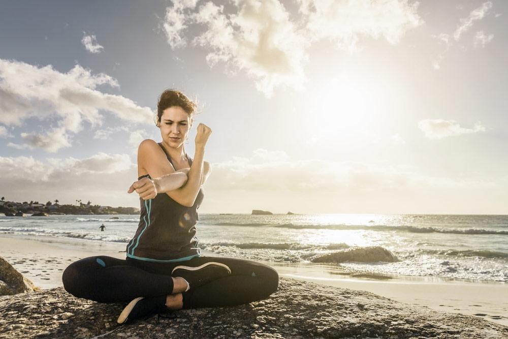 Stretching am Strand, tri.balance, Fit im Urlaub, Dehnübungen, Übungen Urlaub