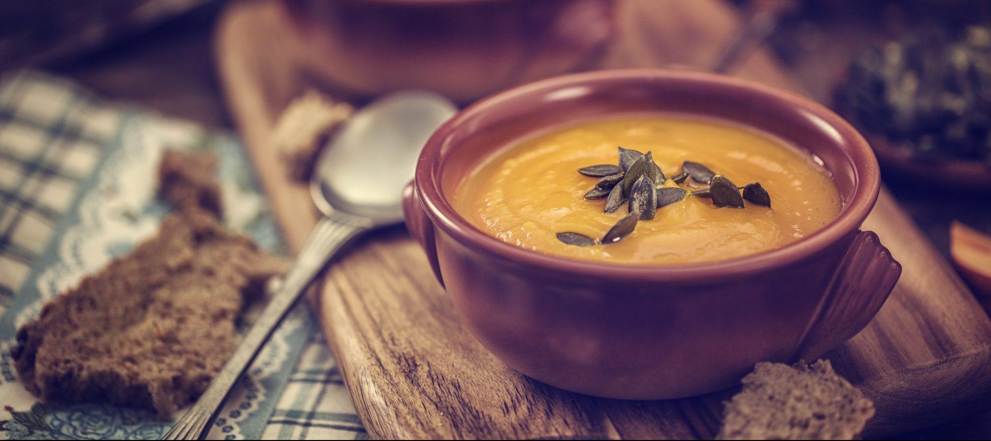 Rezepttipp: Halloween Kürbissuppe mit einem Netz aus saurer Sahne